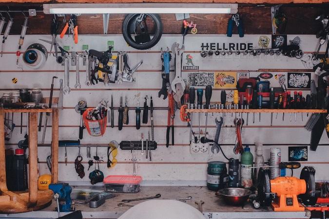 ガレージの壁に工具を並べて収納している事例