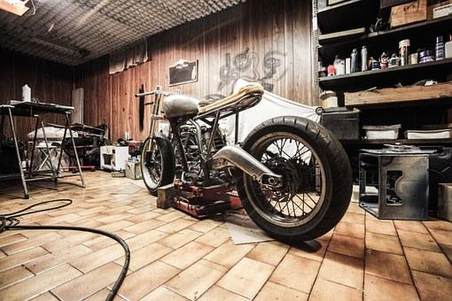 ウッドフロアーで整備中のカスタムバイク
