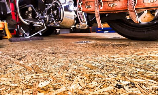 ジーナのガレージのOSBをトップに敷いた床のカスタム