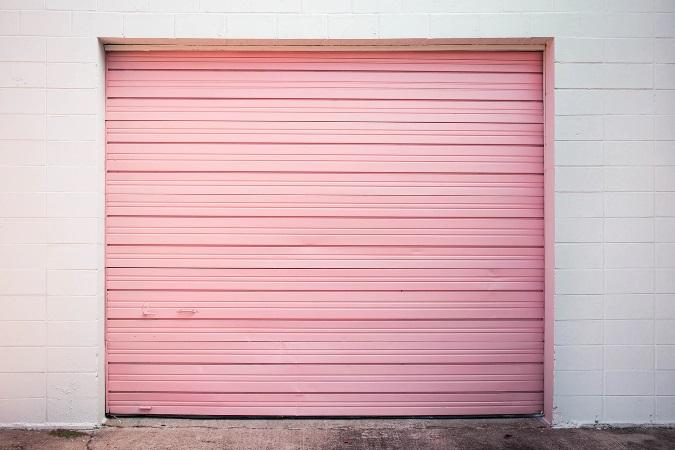 ピンクのガレージシャッターのある風景