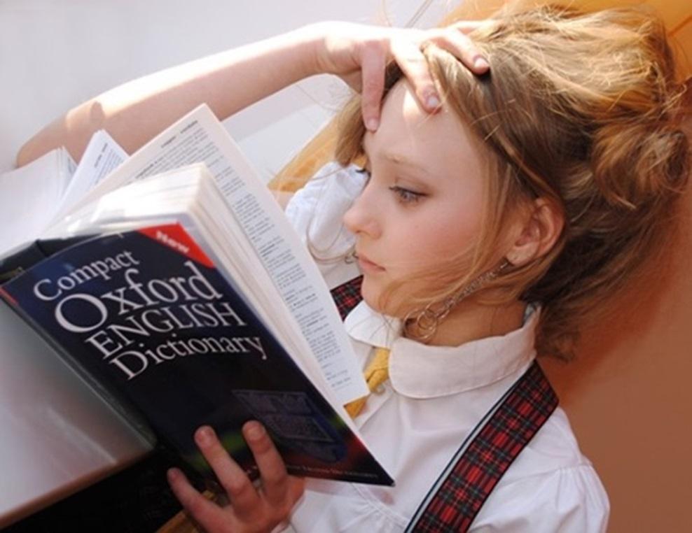 人_本を読んで頭を抱える女の子