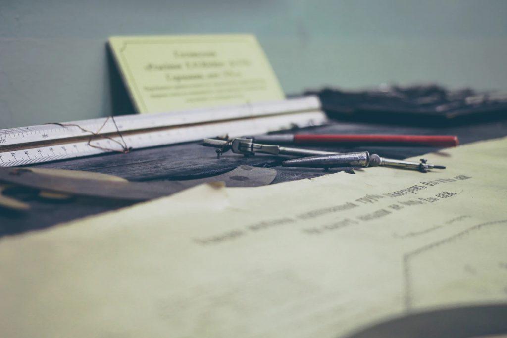 机の上に無造作に置かれた製図機と、定規と、製図