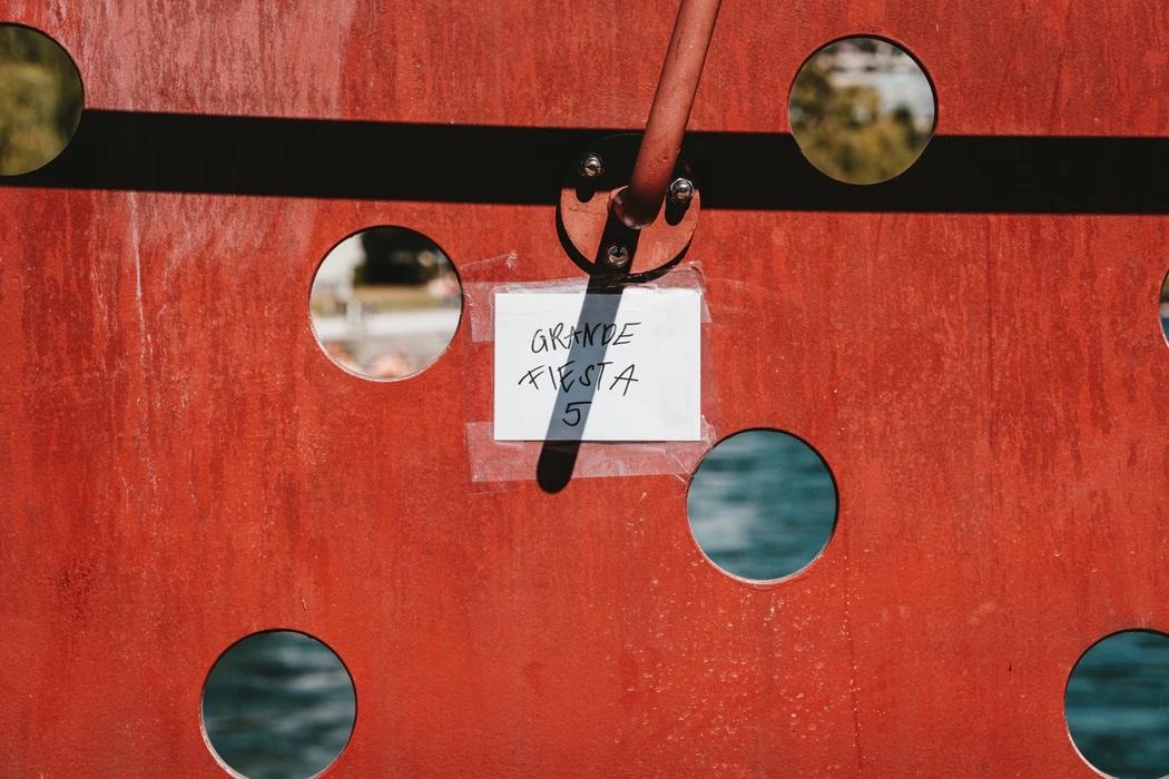穴の空いた紅い壁