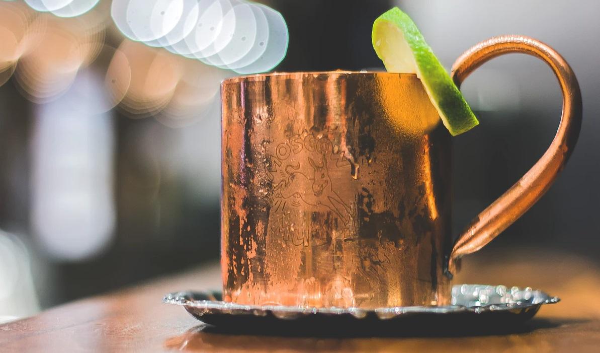 結露がびっしりついた、キンキンに冷えたアイスグラス