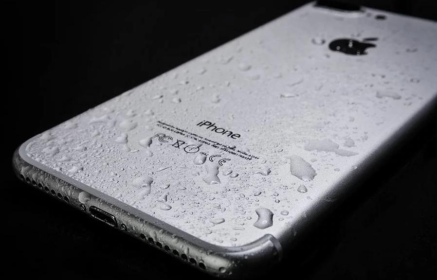 結露した水滴でびっしり濡れたシルバーのアイフォン