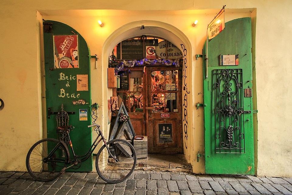 緑の扉が印象的なショップの入り口