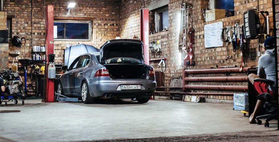 車を整備できる、レンガの内装の大きなガレージ