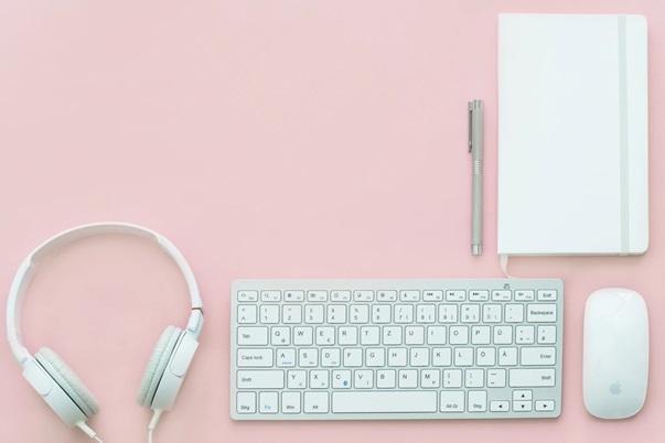 非常に整理された机の風景_ノートとマウスとキーボードとヘッドホンだけ!