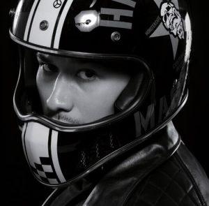 YBシリーズヘルメットのモデル着用の斜め横からショット