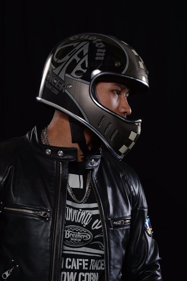 YBシリーズヘルメットのモデル着用の横からショット