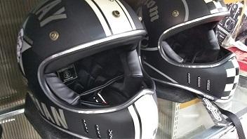 YBFHシリーズヘルメットが店舗に陳列している様子
