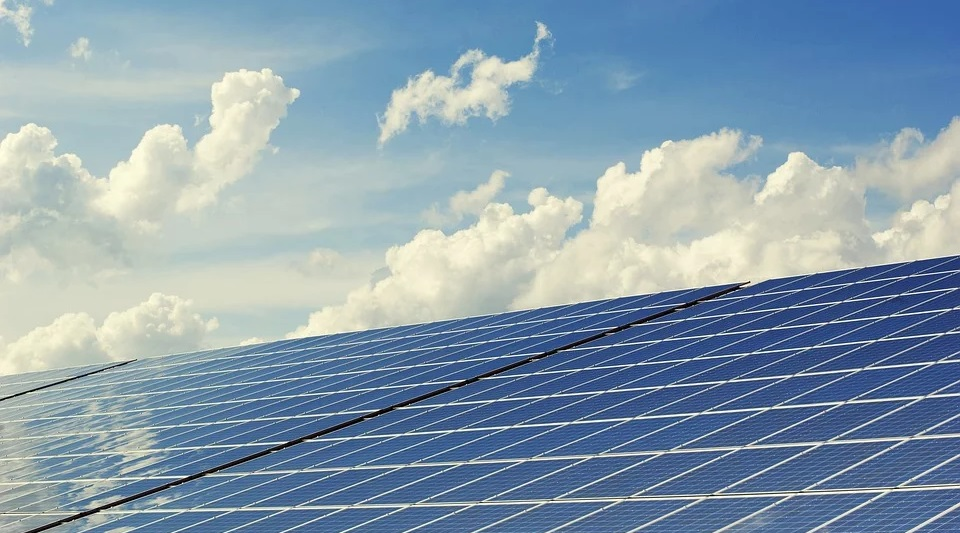 ソーラーパネルと青い空の画像