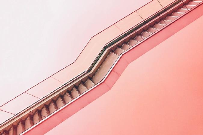 ピンクの階段を斜め上から見た景色