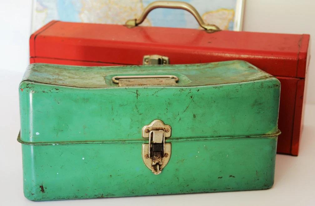 レトロなグリーンとレッドのブリキのツールボックス