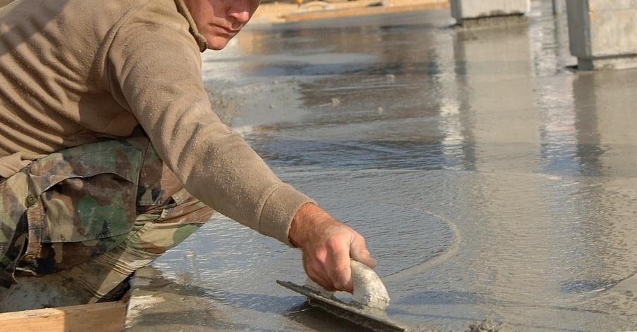 左官ごてを使ってコンクリートの表面を整える左官職人さんの作業風景