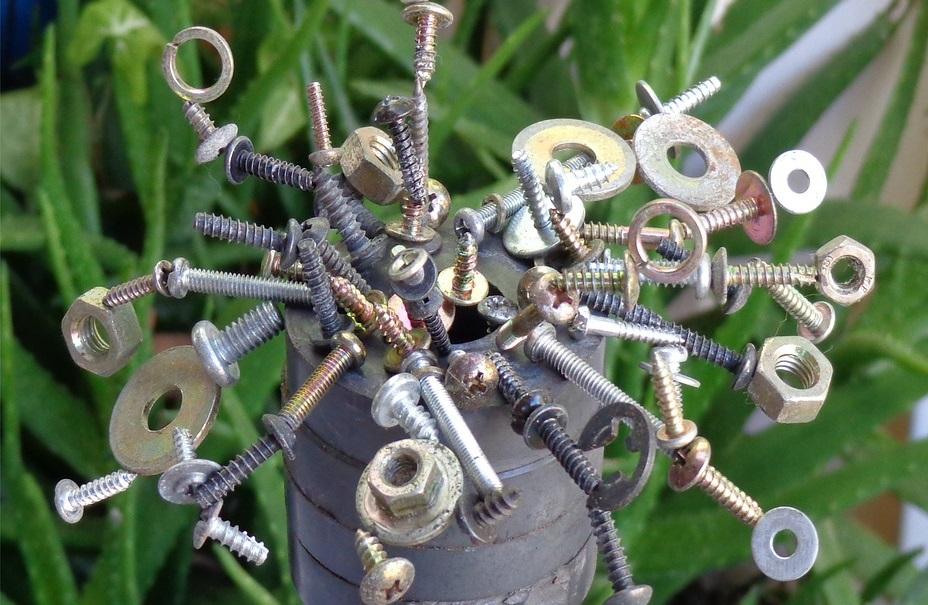 強力磁石に吸い付くボルトとナットとネジたちのある風景