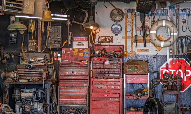 町の修理工場のガレージの中