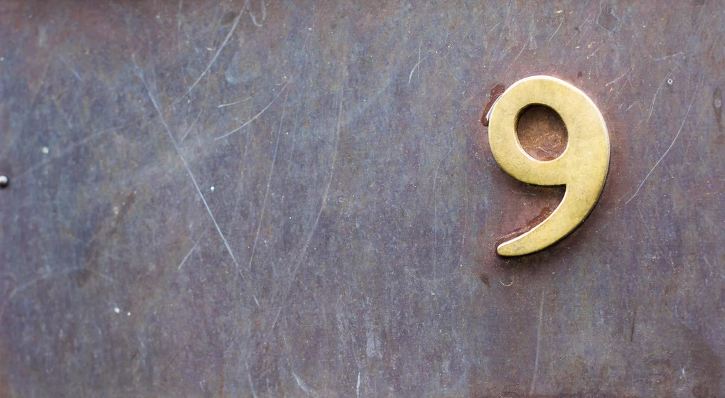 9と書かれた鉄のプレート