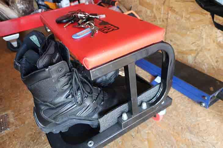 シューズラックとして使われているアストロプロダクツのガレージチェア